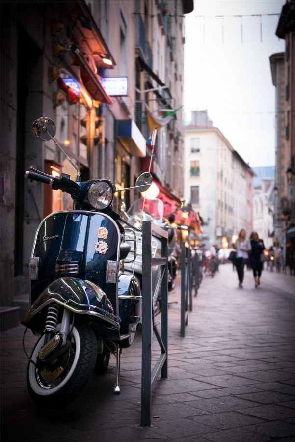 Vespa en ville Photographe grenoble Isere Marie-Cat Photographies