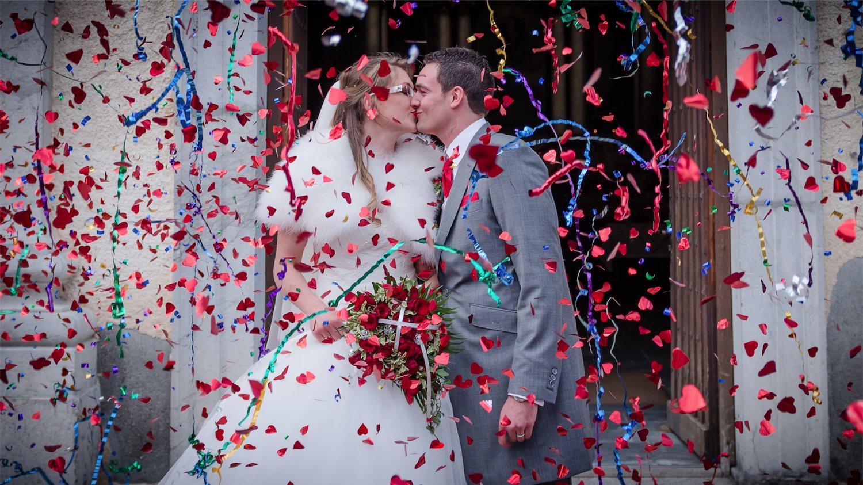 Sortie église confetti Photographe mariage grenoble Isere Marie-Cat