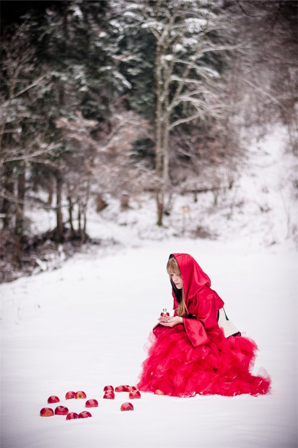 portrait chaperon rouge fantastique féérique imaginaire magique contes mode Photographe grenoble Isere Marie-Cat Photographies