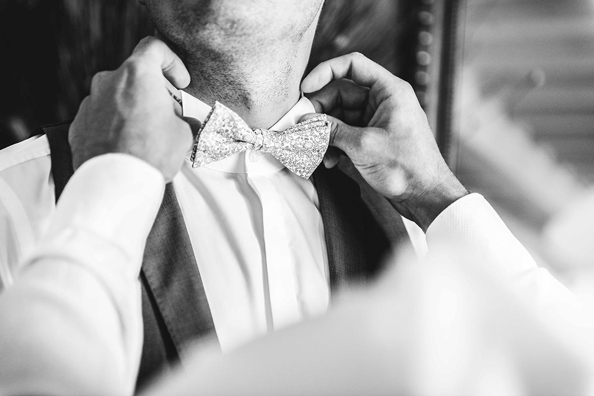 préparatifs noeud papillon habillage du marié Photographe mariage grenoble Isere Marie-Cat