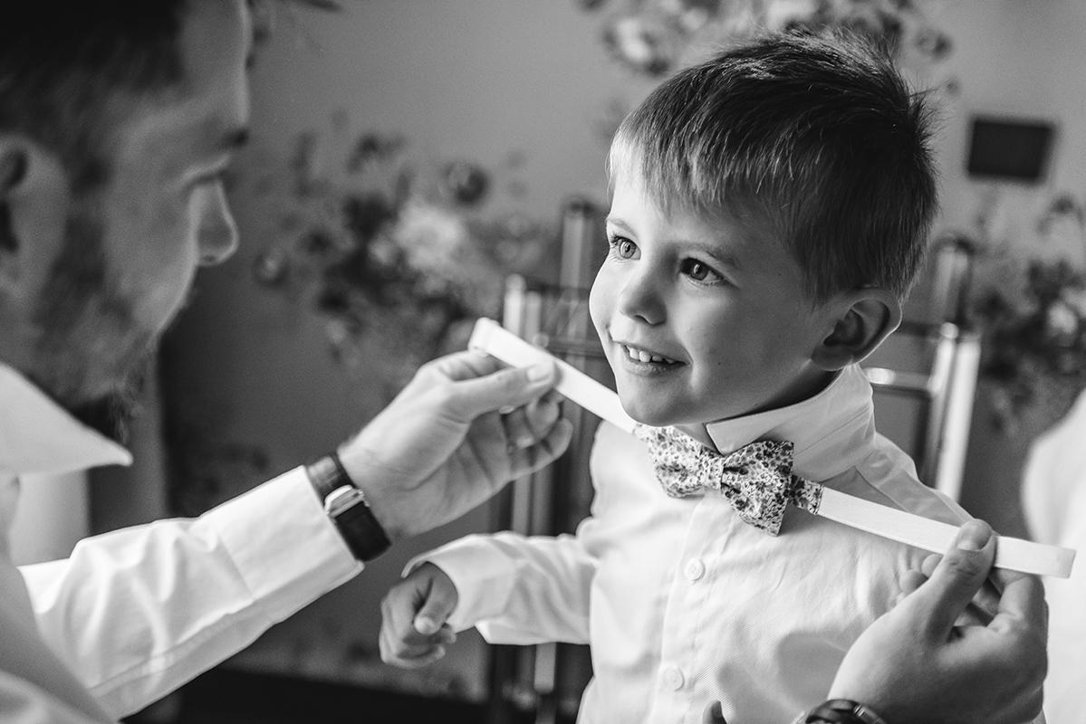 préparatifs habillage noeud papillon enfants Photographe mariage grenoble Isere Marie-Cat