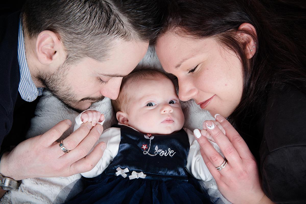 bébé main apésante naissance nouveau né baby bébé naissance Photographe grenoble Isere Marie-Cat Photographies