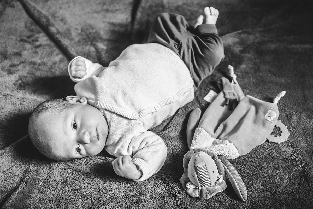 nouveau né baby bébé black and wight noir et blanc B&W N&B bébé naissance Photographe grenoble Isere Marie-Cat Photographies