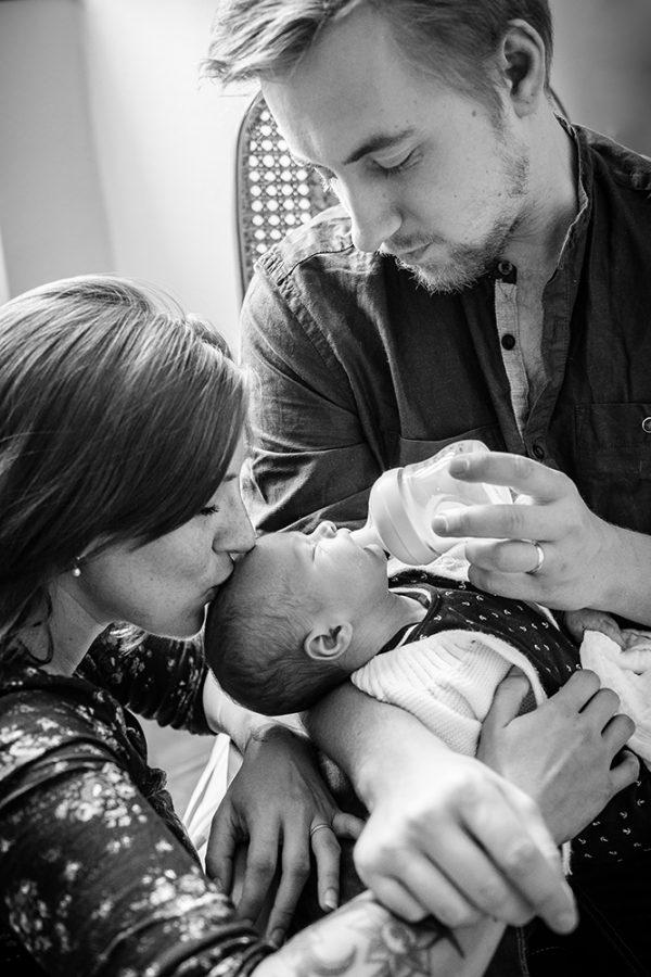 famille parents nouveau né baby bébé black and wight noir et blanc B&W N&B Marie-Cat photographie Photographe Isère